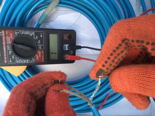 Проверка кабеля теплого пола на целостность мультиметром после монтажа